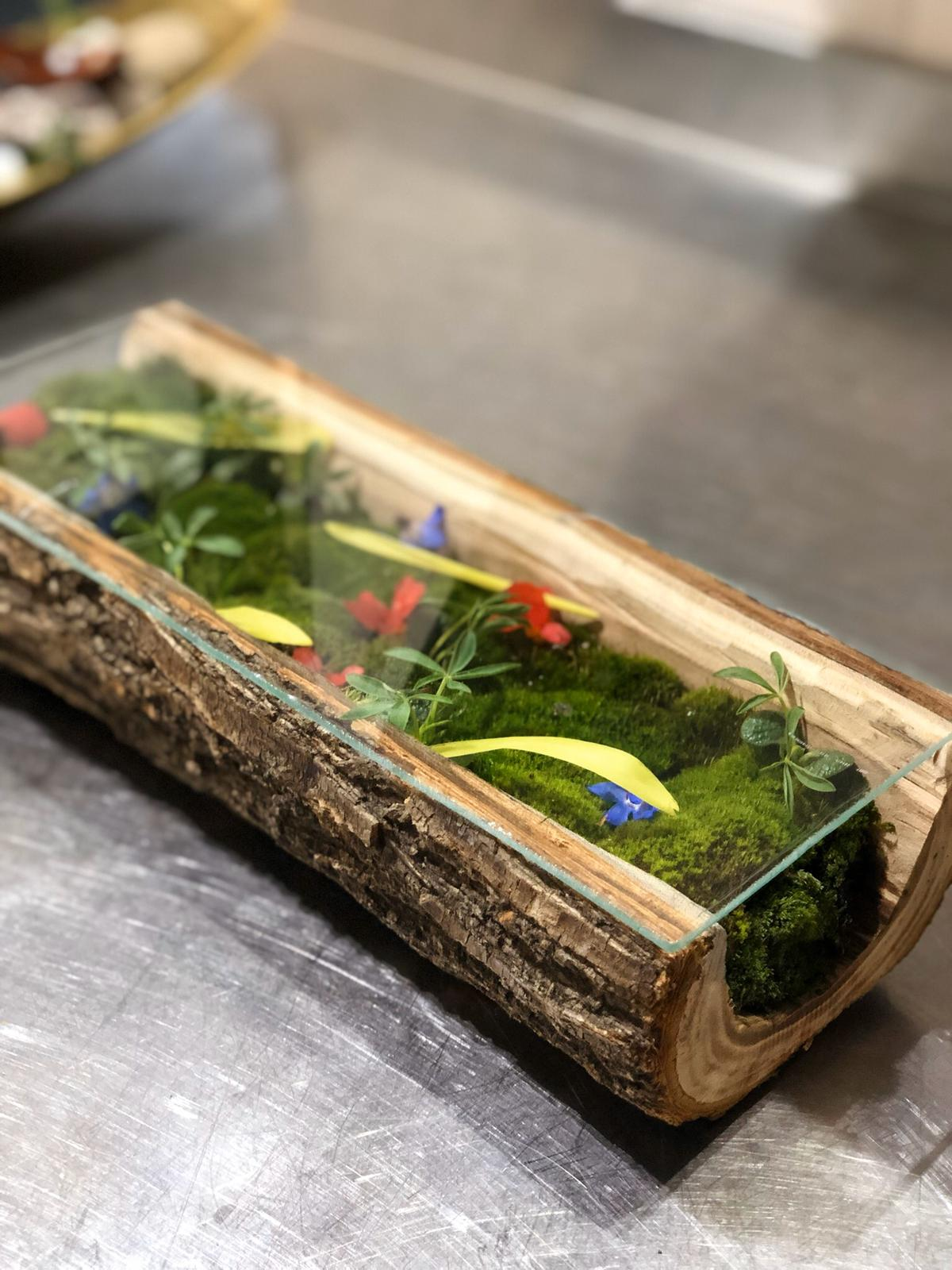 Suport de servire din lemn decupat si muschi plat min